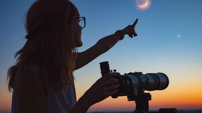 Der Vollmond wird durch die Finsternis zum Blutmond rot gefärbt am Himmel erscheinen. | Foto © astrosystem - stock.adobe.com