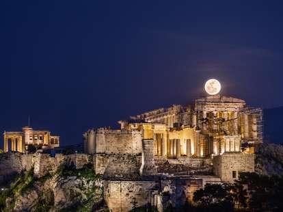Full moon in Scorpio | Photo: © Helen Sotiriadis / stocksy.com