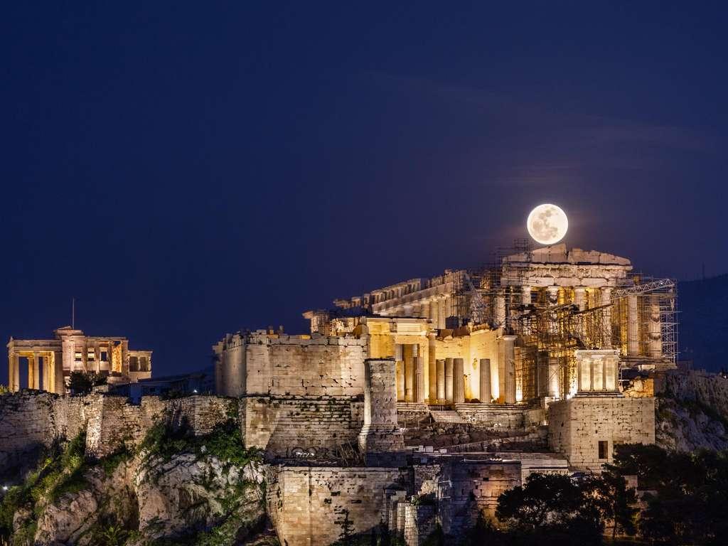 Full moon in Scorpio   Photo: © Helen Sotiriadis / stocksy.com