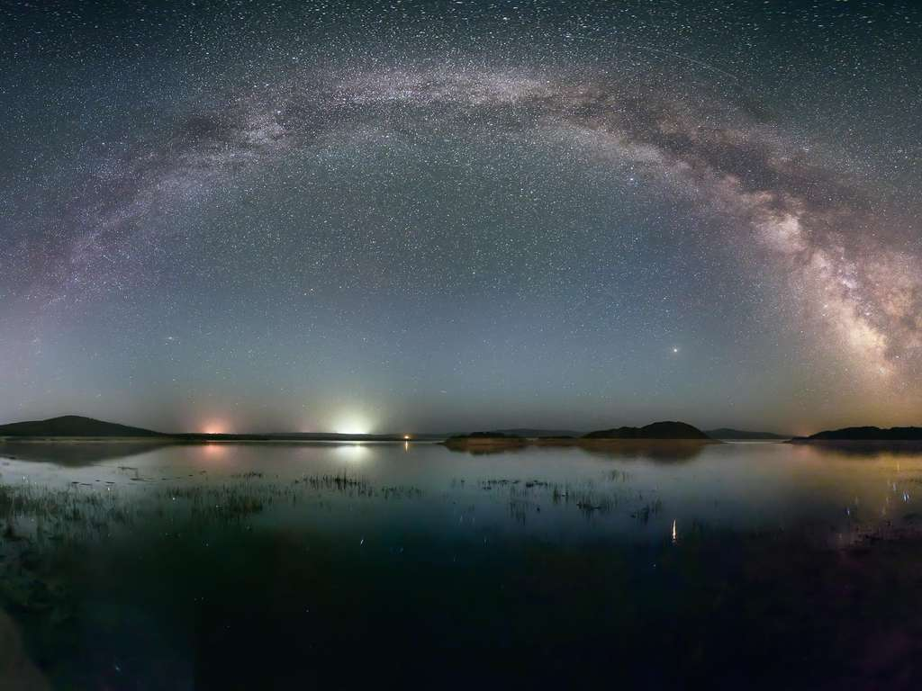 The Duolun Lake under the Milky Way, in Inner Mongolia, China | Photo: © iStockphoto.com/bjdlzx