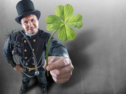 Er ist zwar schwarz und verrußt, bringt dir aber dennoch das Glück ins Haus: Der Schornsteinfeger.   Foto: © iStockphoto.com/Grafissimo